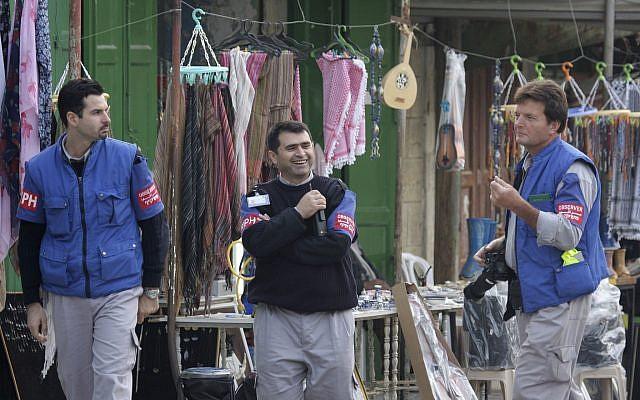 Ilustrativo: Los observadores de TIPH, un grupo de monitores internacionales, caminan en una calle de Hebrón el 19 de noviembre de 2007. (Nati Shohat / Flash90)