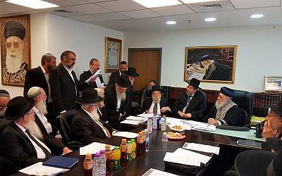 Los rabinos principales de Israel convocan una reunión de emergencia con rabinos sionistas religiosos en contra de una propuesta para revisar la conversión al sistema de judaísmo en el país el 3 de junio de 2018. (Cortesía del Rabinato Principal)