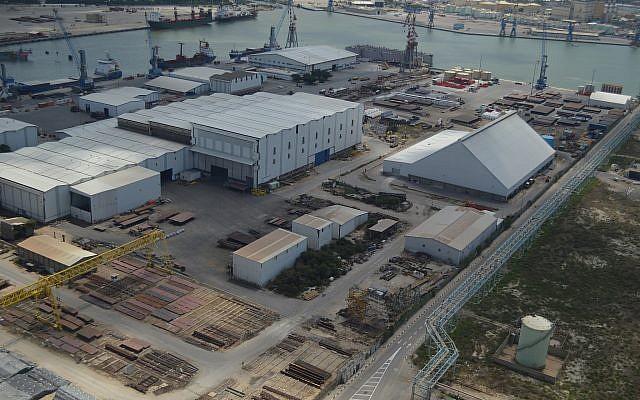 Vista aérea de las instalaciones de los Astilleros de Israel en el Puerto de Haifa, junio de 2013. (CC-BY-SA-3.0 Meronim / Wikipedia)