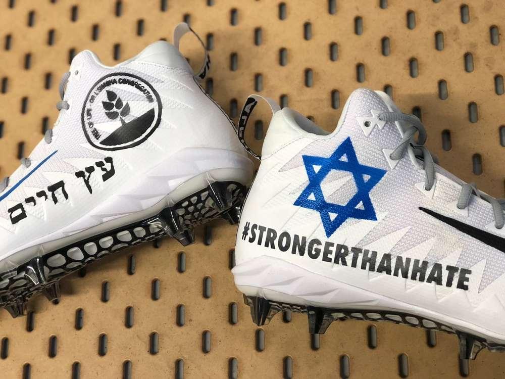 El receptor abierto de los New England Patriots, Julian Edelman, publica una foto de sus zapatillas para usar durante un juego el 16 de diciembre de 2018, en honor a las víctimas del tiroteo de la sinagoga de Pittsburgh.(Julian Edelman / Twittter)