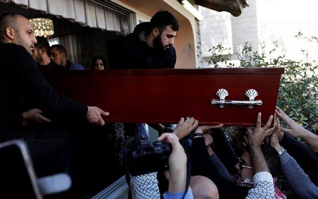 Los dolientes llevan el ataúd de la estudiante israelí Aya Maasarwe durante su funeral en la ciudad norteña de Baqa al-Gharbiya el 23 de enero de 2019 (Ahmad GHARABLI / AFP)
