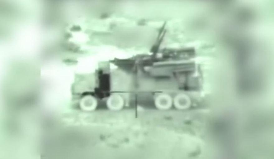 Un vehículo sirio móvil antiaéreo con batería, visto a través de la cámara de un misil israelí entrante, en imágenes publicadas por las FDI de sus ataques matutinos en Siria el 21 de enero de 2019. (FDI)