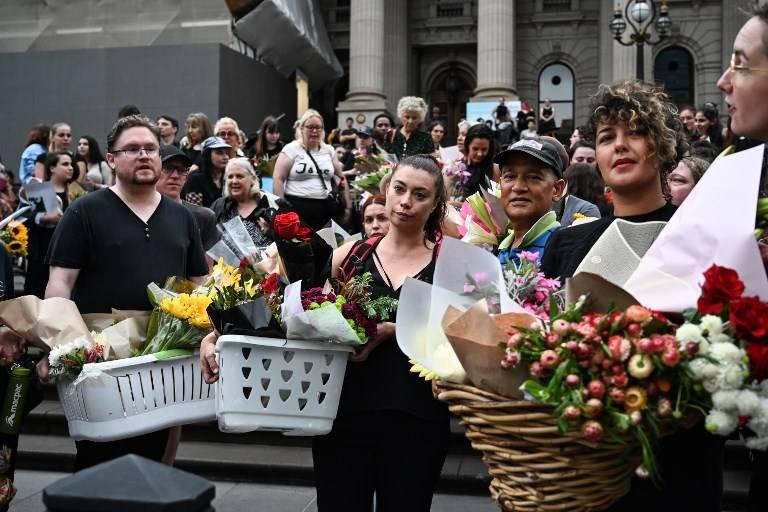 Las personas asisten a una vigilia en memoria de la estudiante israelí asesinada Aiia Maasarwe en Melbourne el 18 de enero de 2019. (Allan LEE / AFP)