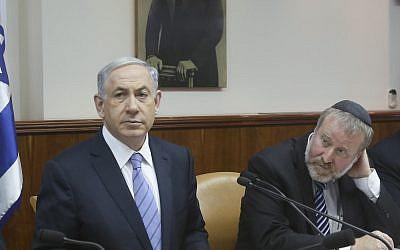 El primer ministro, Benjamin Netanyahu, izquierda, y Avichai Mandelblit en una reunión de gabinete el 4 de enero de 2015. (Marc Israel Sellem / POOL / Flash90)