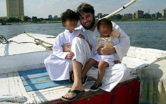 Yahya al-Bahrumi, con dos de sus hijos y los de Joya, en Egipto en aproximadamente 2011 (Cortesía)