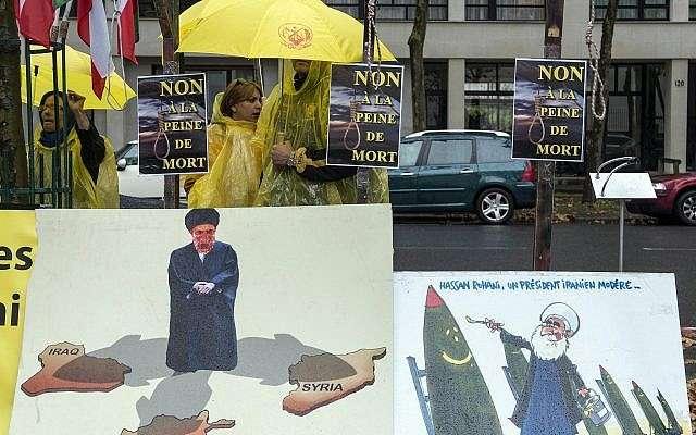 """Los opositores iraníes del régimen iraní que pertenecen al grupo de exiliados iraníes, la organización de """"Mujahedines del pueblo"""", organizan una protesta frente a la sede de la UNESCO en París, Francia, en noviembre.5, 2013. (Benjamin Girette / AP)"""