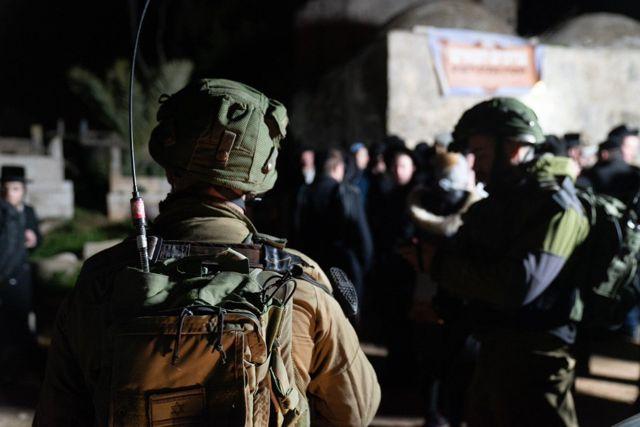 Soldados israelíes escoltan a cientos de fieles a los lugares sagrados judíos en la aldea palestina de Awarta en Cisjordania el 11 de enero de 2019. (Fuerzas de Defensa de Israel)
