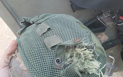 El casco de un oficial de las FDI que fue alcanzado por una bala de francotirador durante un motín en la frontera de Gaza el 22 de enero de 2019. (Cortesía)