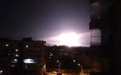 Una explosión, presuntamente durante ataques aéreos israelíes cerca de Damasco, Siria, el 21 de enero de 2019. (captura de pantalla: YouTube)