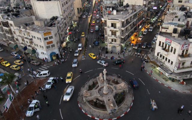 Vista desde arriba de la Plaza Manara en el centro de la ciudad de Ramallah en Cisjordania, a la hora de la tarde. 11 de septiembre de 2011. (Nati Shohat / FLASH90)