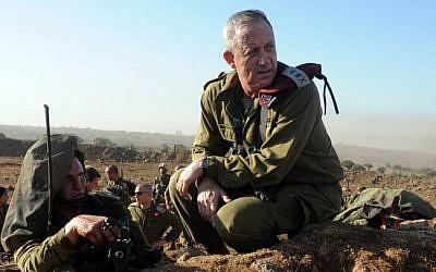 El Jefe de Estado Mayor de las FDI, el teniente general Benny Gantz en acción durante un ejercicio de fuego en vivo para los comandantes del batallón del ejército israelí que tienen lugar en los Altos del Golán, el 4 de septiembre de 2012. (Shay Wagner / Fuerzas de Defensa de Israel / FLASH90)