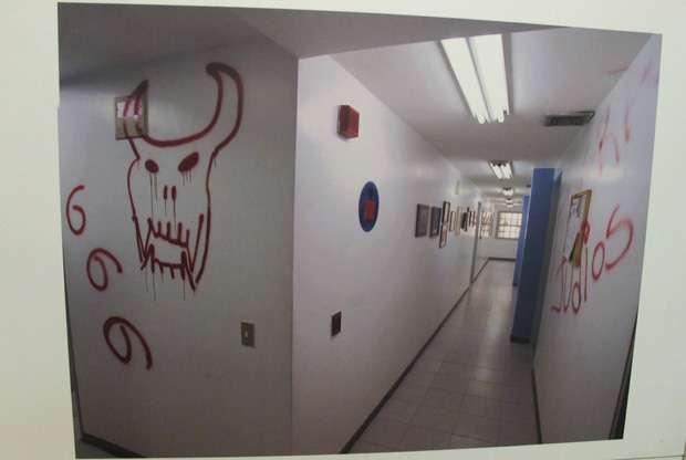 Imágenes de graffiti en las paredes de la sección administrativa de la sinagoga de Mariperez, parte de la exposición sobre la profanación del 31 de enero de 2009.