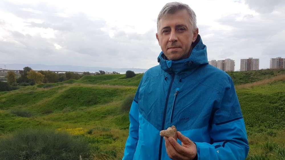 Michael Markin descubrió una figura de caballo de 2.200 años de antigüedad helenística cerca de Tel Akko.(Nir Distelfeld, Autoridad de Antigüedades de Israel)