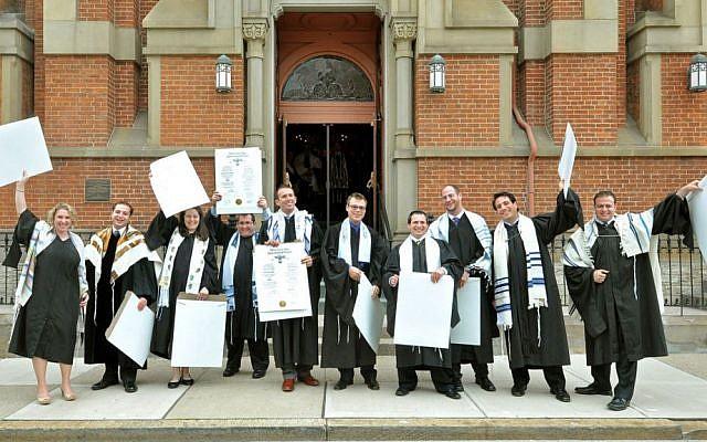 Ilustrativo: los rabinos recién ordenados de la clase de 2013 de la Unión Hebrea en Cincinnati celebran con sus certificados de ordenación fuera del histórico Templo de Plum Street. (Janine Spang / JTA)