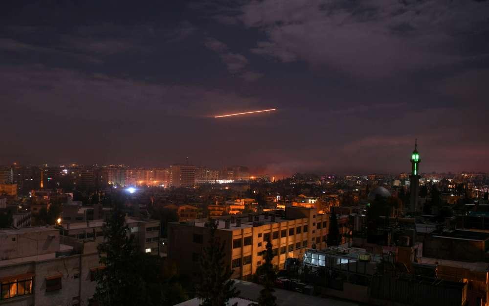 Damasco, temprano el martes 22 de enero de 2019. Las defensas aéreas sirias responden a lo que los sirios dicen que eran misiles israelíes.AFP