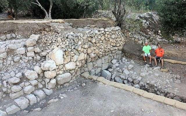 En Kiriath-Jearim, excavación de un conjunto de terrazas a lo largo de la pendiente sureste del montículo.(Excavaciones de la familia Shmunis en Kiriath-Jearim)