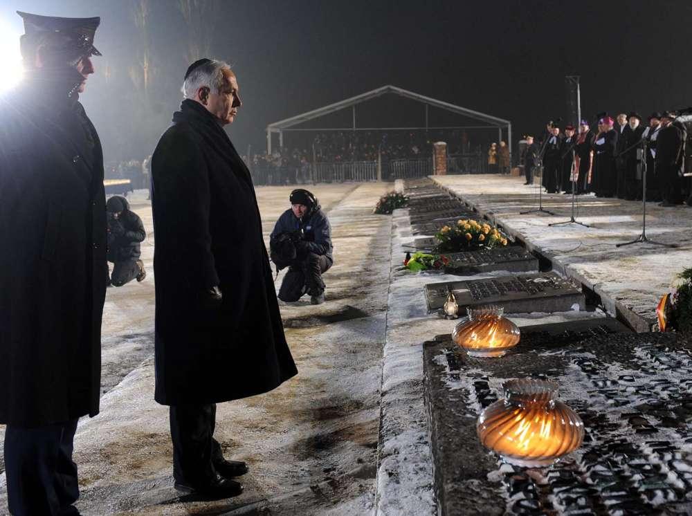 El primer ministro Benjamin Netanyahu depositó una ofrenda floral en una ceremonia conmemorativa del 65 aniversario de la liberación del campo de Auschwitz y en honor a las víctimas del Holocausto, en Auschwitz Birkenau, Polonia, en el Día Internacional de Conmemoración del Holocausto.27 de enero de 2010. (Avi Ohayon / GPO / Flash 90)