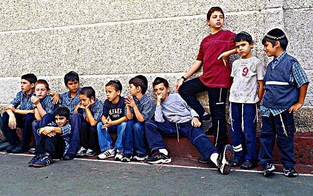 Niños judíos fuera de una escuela de Caracas en 2005 (Crédito de foto: Serge Attal / Flash90)