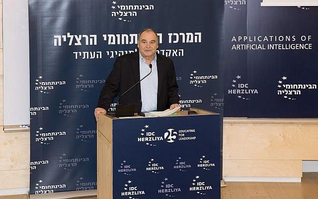 El profesor Moshe BenBassat, un investigador de inteligencia artificial, en una conferencia en IDC Herzliya; 6 de enero de 2019 (Oren Shalev)