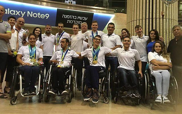 El equipo nacional israelí de natación paralímpica a su regreso de los campeonatos europeos de 2018. (Foto de la Asociación Paralímpica de Israel, Facebook)