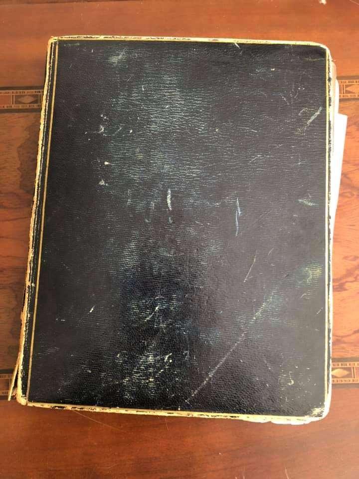 Portada del álbum victoriano que contiene fotos recién descubiertas de miembros de la familia de la autora Jane Austen.(Renee Ghert-Zand / The Times of Israel)
