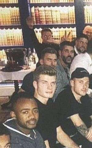 Una captura de pantalla de una imagen publicada en Instagram y luego eliminada por Max Meyer que parece mostrar al portero de Crystal Palace Wayne Hennessey (atrás a la izquierda) haciendo un saludo nazi.(Captura de pantalla / Instagram)