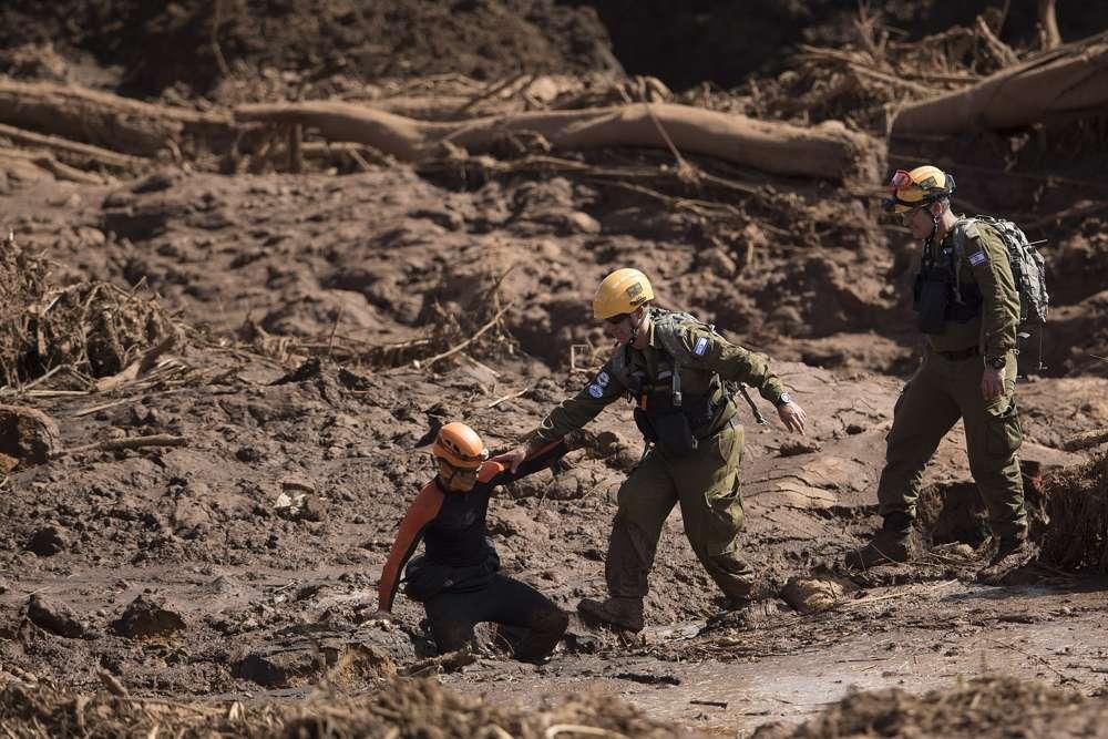 Rescatistas israelíes ayudan a la búsque a través del lodo en Brumadinho