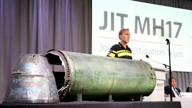 Los restos del misil que fuerzas pro rusas lanzaron desde Ucrania y derribó a un vuelo de Malysia Airlines son exhibidos durante una conferencia del Equipo Conjunto de Investigación (JIT, en inglés) (Reuters)