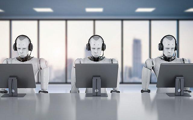 Robots que trabajan con auriculares y monitores (PhonlamaiPhoto, iStock by Getty Images)