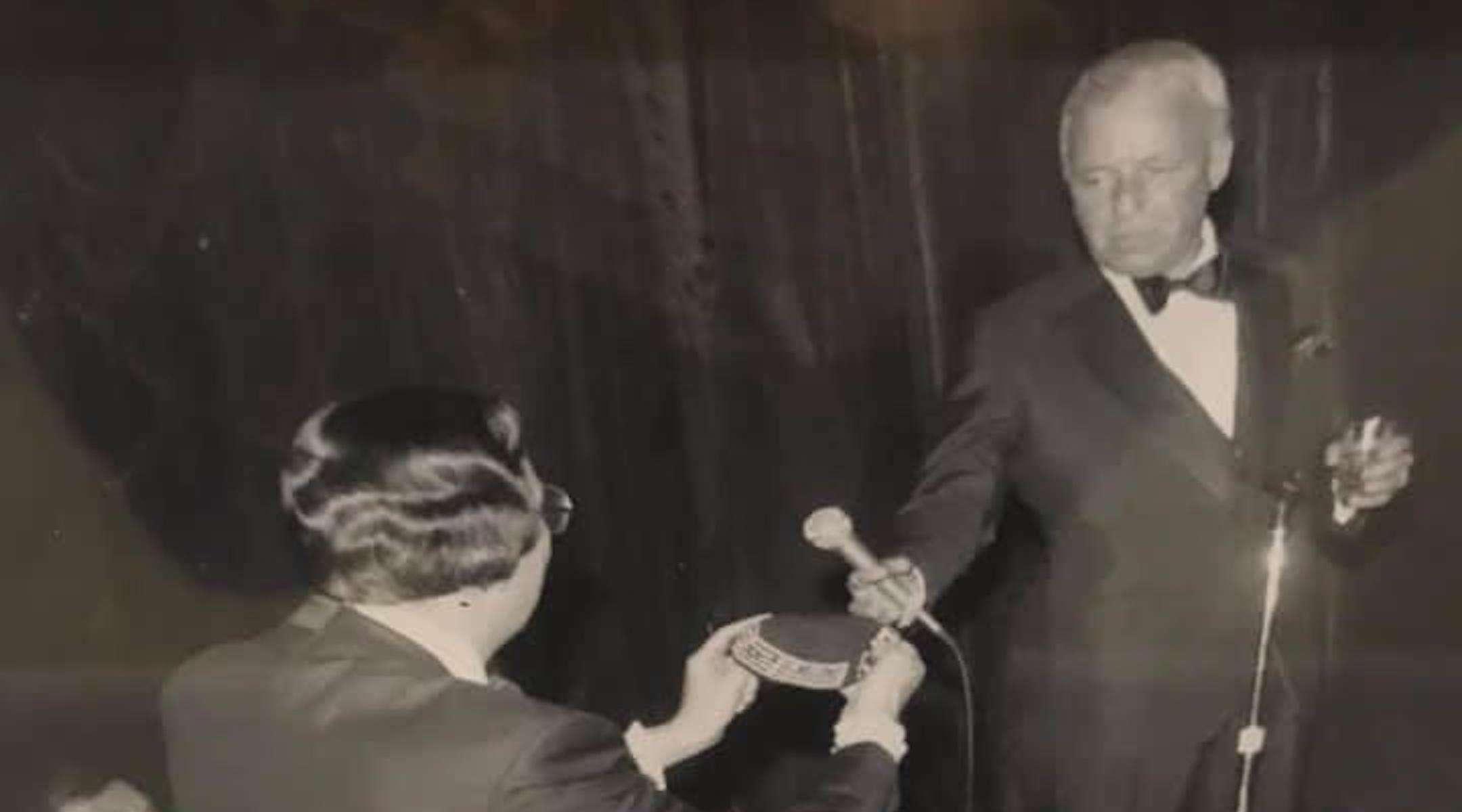 Sonny Schwartz, uno de los organizadores de una recaudación de fondos de 1981 para la Academia Hebrea del Condado de Atlantic, NJ, le presenta a Frank Sinatra una Kipá personalizada en el evento, que se celebra en un hotel kosher en Atlantic City.(Cortesía de Pauline Schwartz)