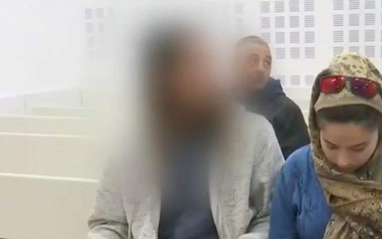 El adolescente israelí (L) sospechoso de matar a Aisha Rabi se sienta en la Corte de Magistrados de Rishon Lezion el 23 de enero de 2019. (Captura de pantalla / YouTube)