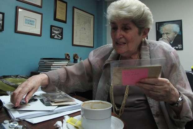 Trudy Spira, en la oficina del presidente del CAIV, con las galeras de su próxima autobiografía.