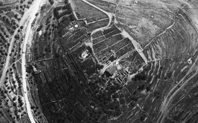 Vista aérea del sitio, tomada por la fuerza aérea bávara en 1918, mirando hacia el norte.Tenga en cuenta las grandes terrazas occidentales y orientales.El edificio moderno es la antigua casa del convento;al Norte se encuentran los cimientos del sector norte del albergue (la iglesia aún no se construyó).(Cortesía de las Excavaciones de la Familia Shmunis en Kiriath-Jearim)