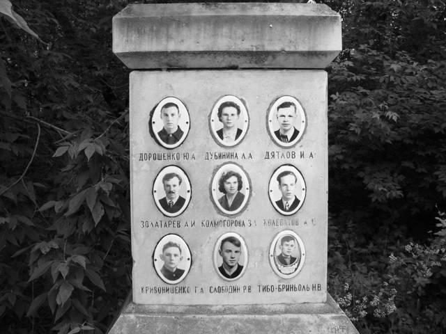 Tumba de los miembros fallecidos del partido de Dyatlov en el cementerio de Mikhajlov en Ekaterimburgo, Rusia. (WikiMedia Commons)