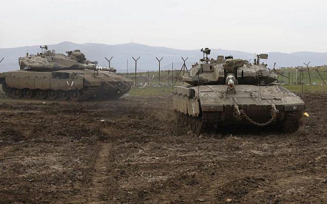 Los tanques israelíes Merkava toman posiciones en los Altos del Golán, el 20 de enero de 2019. (Jalaa Marey / AFP)