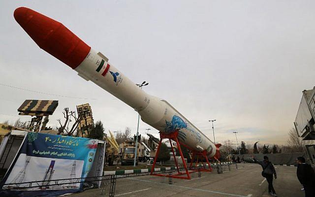 Los iraníes visitan una exhibición de armas y equipo militar en la capital, Teherán, en febrero de 2019, organizada con motivo del 40 aniversario de la Revolución Islámica. (Atta Kenare / AFP)
