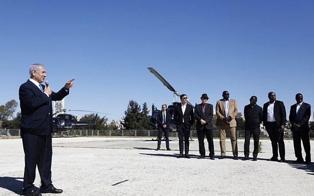 El Primer Ministro Benjamin Netanyahu informa a una delegación de embajadores ante las Naciones Unidas, en un helipuerto en la Knesset en Jerusalén, el 3 de febrero de 2019. (RONEN ZVULUN / POOL / AFP)
