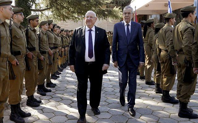 El presidente Reuven Rivlin (CL) y su homólogo austriaco Alexander Van der Bellen (CR) revisan a la guardia de honor durante una ceremonia de bienvenida en el recinto presidencial en Jerusalén el 4 de febrero de 2019. (Gali Tibbon / AFP)
