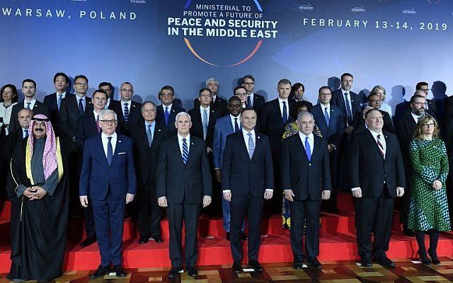 El ministro de Relaciones Exteriores de Polonia, Jacek Czaputowicz, el vicepresidente de los EE. UU., Mike Pence, el presidente de Polonia, Andrzej Duda, el primer ministro, Benjamin Netanyahu, y el secretario de Estado de los EE. UU., Mike Pompeo, posan para una foto de familia en la conferencia sobre Paz y Seguridad en el Medio Oriente en Varsovia, el 13 de febrero. , 2019. (Janek SKARZYNSKI / AFP)
