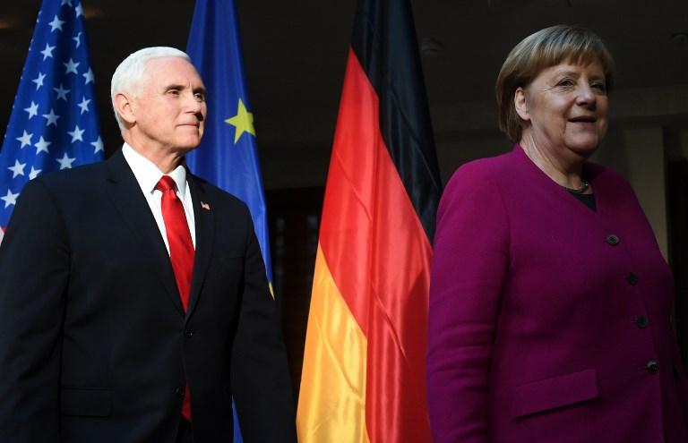 La canciller alemana, Angela Merkel (R) y el vicepresidente de los Estados Unidos, Mike Pence (L), se van después de una llamada fotográfica durante la 55ª Conferencia de Seguridad de Munich (MSC) en Munich, sur de Alemania, el 16 de febrero de 2019. (Christof STACHE / AFP)