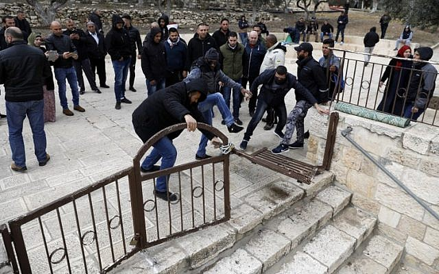 Los manifestantes palestinos rompen las puertas cerradas en el complejo de la mezquita de Al Aqsa en el Monte del Templo en la Ciudad Vieja de Jerusalem el 18 de febrero de 2019. (Ahmad Gharabli / AFP)
