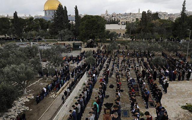 Musulmanes se reúnen antes de las oraciones del mediodía del viernes en el recinto de la Puerta de la Misericordia en el Monte del Templo en la Ciudad Vieja de Jerusalem. El 22 de febrero de 2019 (Ahmad Gharabli / AFP)