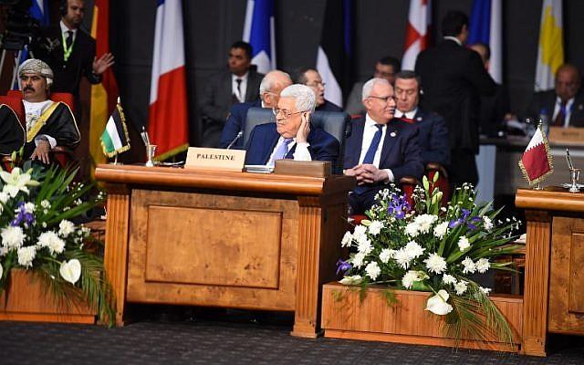 El presidente palestino, Mahmud Abbas, en el centro, asiste a la primera cumbre conjunta de la Unión Europea y la Liga Árabe en el Centro Internacional de Congresos en la localidad egipcia del Mar Rojo de Sharm el-Sheikh, el 24 de febrero de 2019. (MOHAMED EL-SHAHED / AFP)