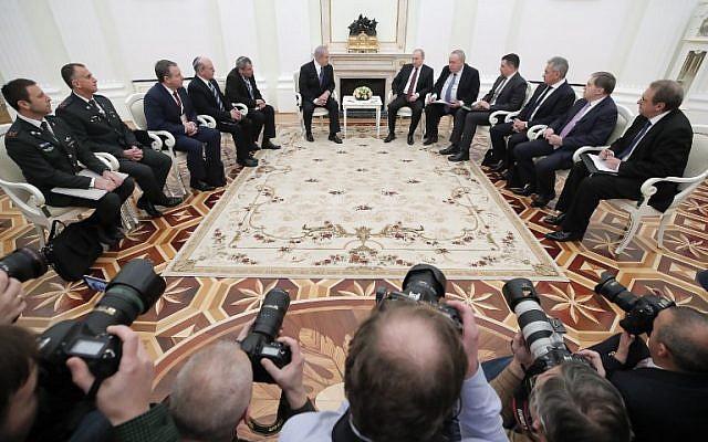 El presidente ruso Vladimir Putin, el primer ministro israelí Benjamin Netanyahu y miembros de las delegaciones asisten a una reunión en el Kremlin en Moscú el 27 de febrero de 2019. (MAXIM SHEMETOV / POOL / AFP)