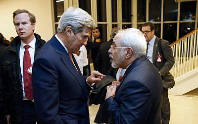 El secretario de Estado de Estados Unidos, John Kerry (izquierda), habla con el ministro de Relaciones Exteriores de Irán, Mohammad Javad Zarif, luego de que el organismo de control atómico de la ONU verifique que Irán cumplió todas las condiciones del acuerdo nuclear de julio de 2015, en Viena, Austria, el 16 de enero de 2016. (AFP / Kevin Lamarque / Pool)