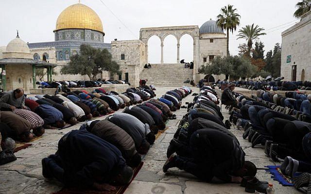Los fieles musulmanes realizan la oración del viernes al mediodía cerca del santuario de la Cúpula de la Roca en el recinto de la mezquita al-Aqsa de la Ciudad Vieja de Jerusalem en el Monte del Templo, 22 de diciembre de 2017. (Foto de AFP / Ahmad Gharabli)