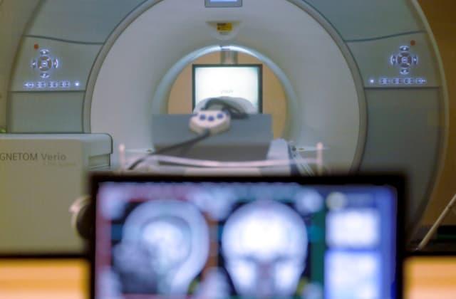 FOTO DE ARCHIVO: Una máquina de IRM para escaneo cerebral en la Universidad Carnegie Mellon en Pittsburgh, 26 de noviembre de 2014. Keith Srakocic / AP