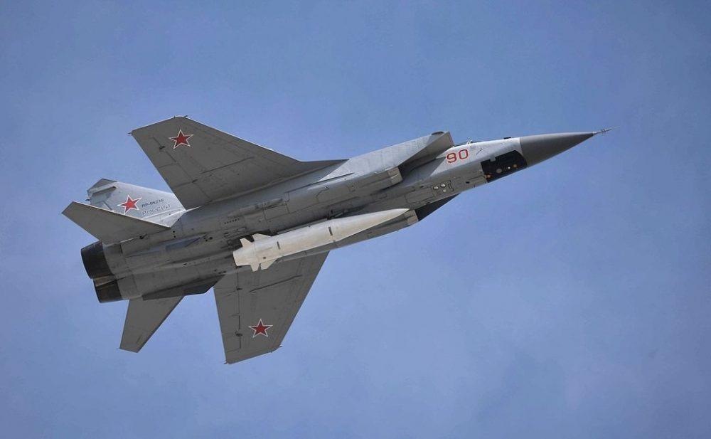 El ALBM Kinzhal Kh-47M2 está siendo llevado por un interceptor Mikoyan MiG-31K. (WikiMedia Commons)