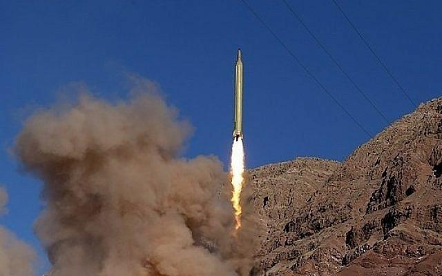 Ilustrativo: un misil lanzado desde las montañas de Alborz en Irán el 9 de marzo de 2016, según se informa, inscrito en hebreo, 'Israel debe ser eliminado'. (Fars News)
