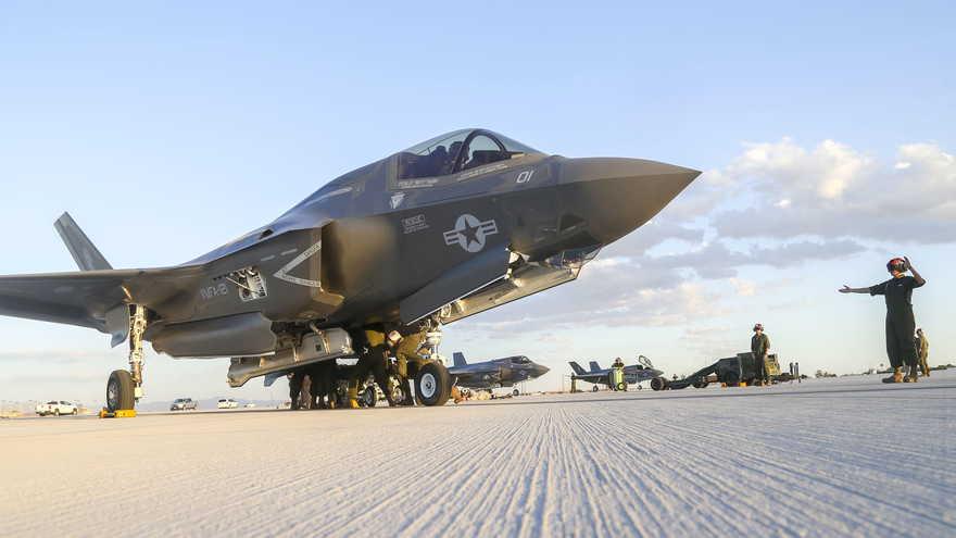 Infantes de Marina de los Estados Unidos con el Escuadrón de Ataque de Infantes de Marina 121, tercer ala de aeronaves marinas, conducen la primera carga caliente en el F-35B Lightning II en apoyo al Curso de Instructor de Armas y Tácticas 1-17 en la Estación Aérea del Cuerpo de Marines de Yuma, Arizona Foto)